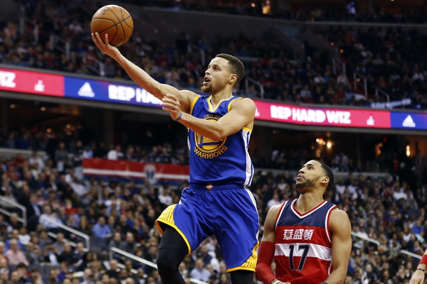 Golden State Warriors guard Stephen Curry (30) shoots the ball as Washington Wizards guard Garrett Temple (17) looks on in the second quarter at Verizon Center.